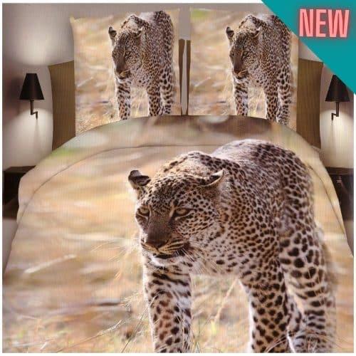 sétáló leopárd természetes környezetben ágynemű